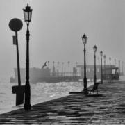 uomo che passeggia lungo mare preoccupato della sfortuna in amore